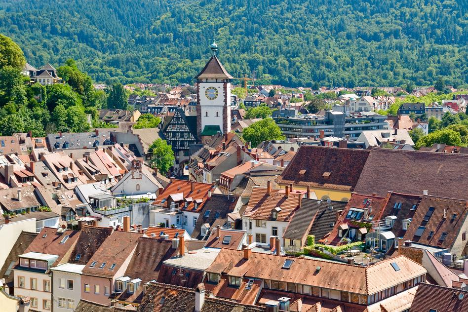 Vista de la ciudad de Friburgo, con la Selva Negra al fondo