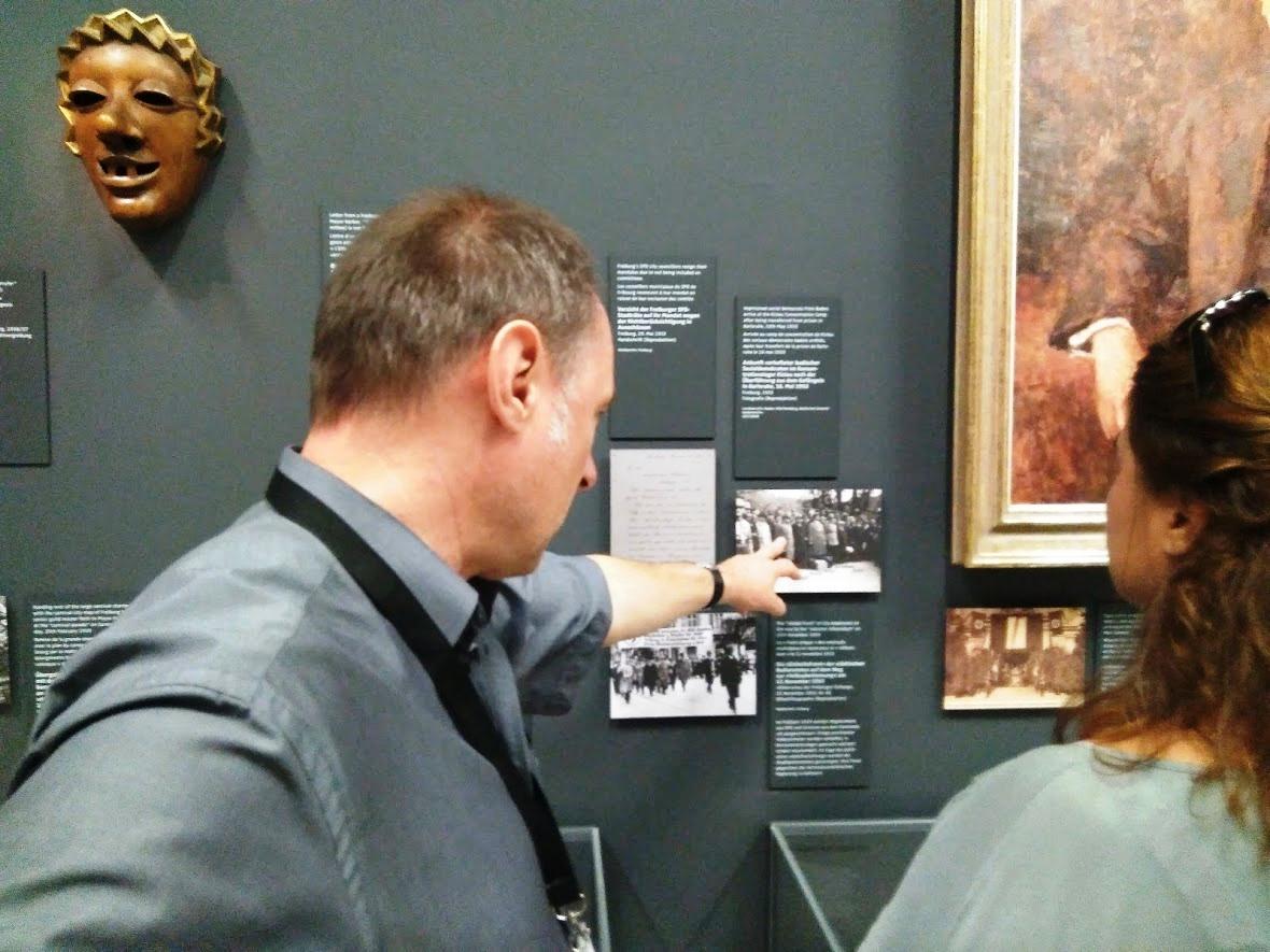El Dr. Robert Neisen explicando el contenido de la exposición durante la visita - Foto: El inquilino digital