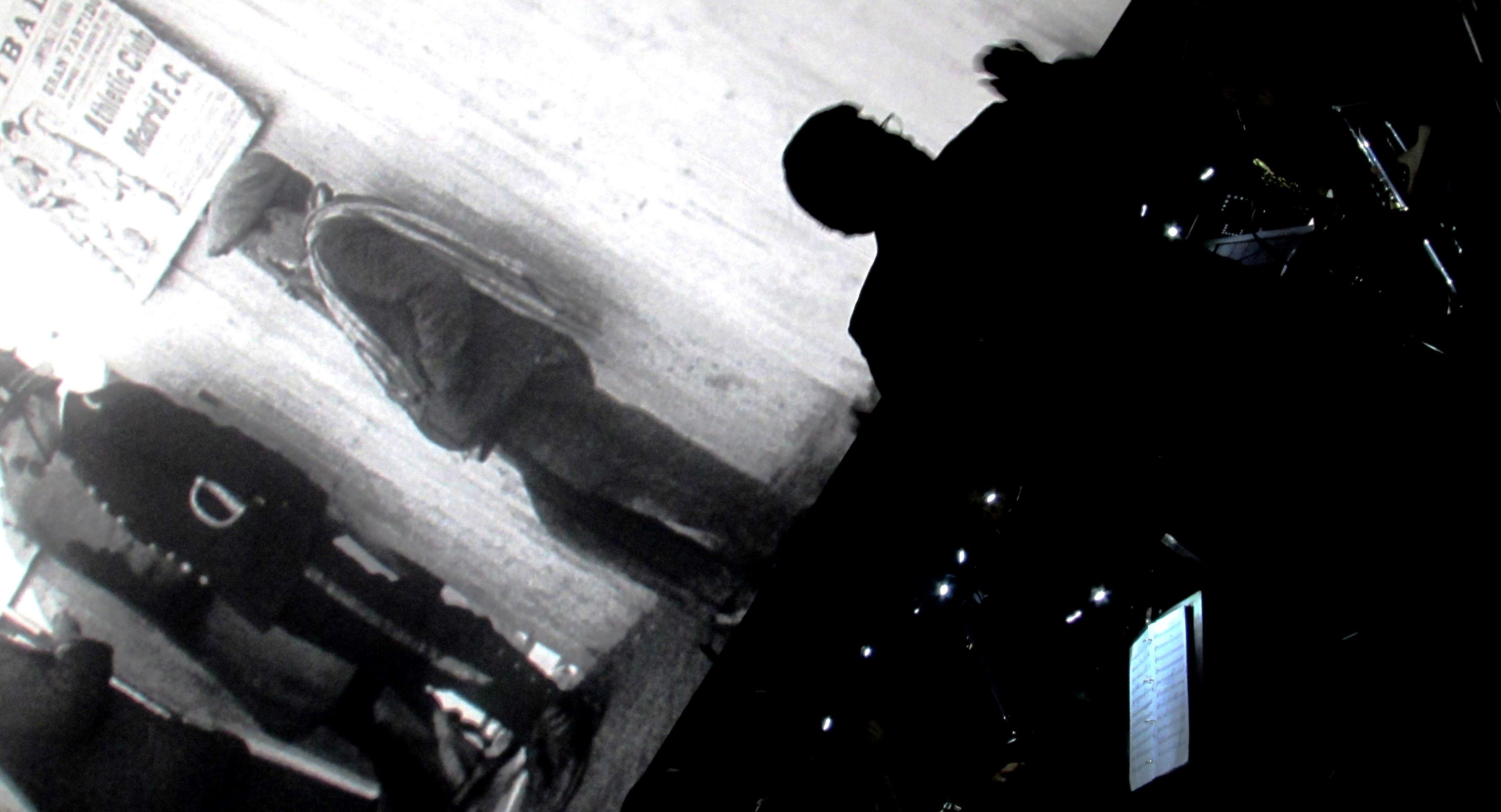 Instantánea de la orquesta interpretando la partitura de Taramasco durante la proyección - Foto: El Inquilino Digital