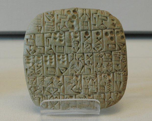Tablilla con escritura pictográfica procedente de Mesopotamia (3.500 a.C.)