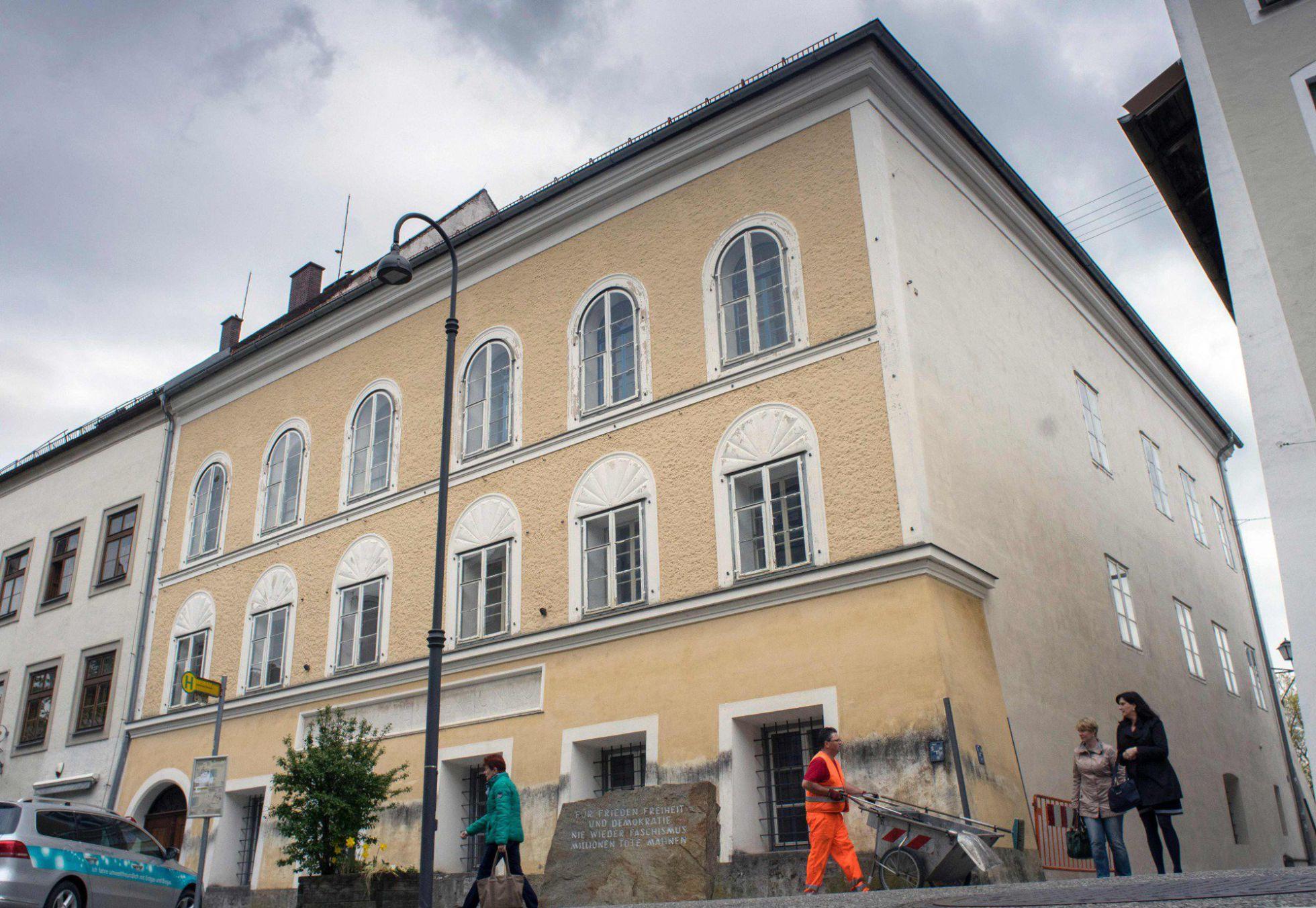 """Casa natal de Hitler en Braunau Am Inn (Austria) con el monolito de piedra de Mauthausen que reza: """"Por la paz, la libertad y la democracia. Nunca más el fascismo. Millones de muertos lo advierten"""" frente a la entrada - Fuente: JOE KLAMAR AFP / Reuters-Quality"""