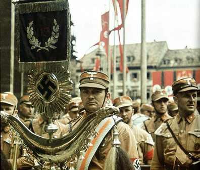 Marcha de la SA en el Congreso del partido en la Plaza de la Catedral de Freiburg, Julio de 1939 (Museo Municipal de Friburgo, Augustinermuseum. Donación Egon Fehrenbach 2016/081.21- Foto: Egon Fehrenbach)