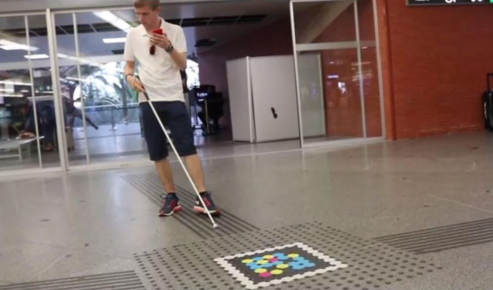 Tenji Borukku (Bloques Braille) combinados con etiquetas de señalética digital (Navilens) en la Estación Puerta de Atocha (Madrid)