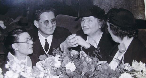 Takeo Iwahashi y Helen Keller durante una visita de la activista norteamericana a Japón en 1955