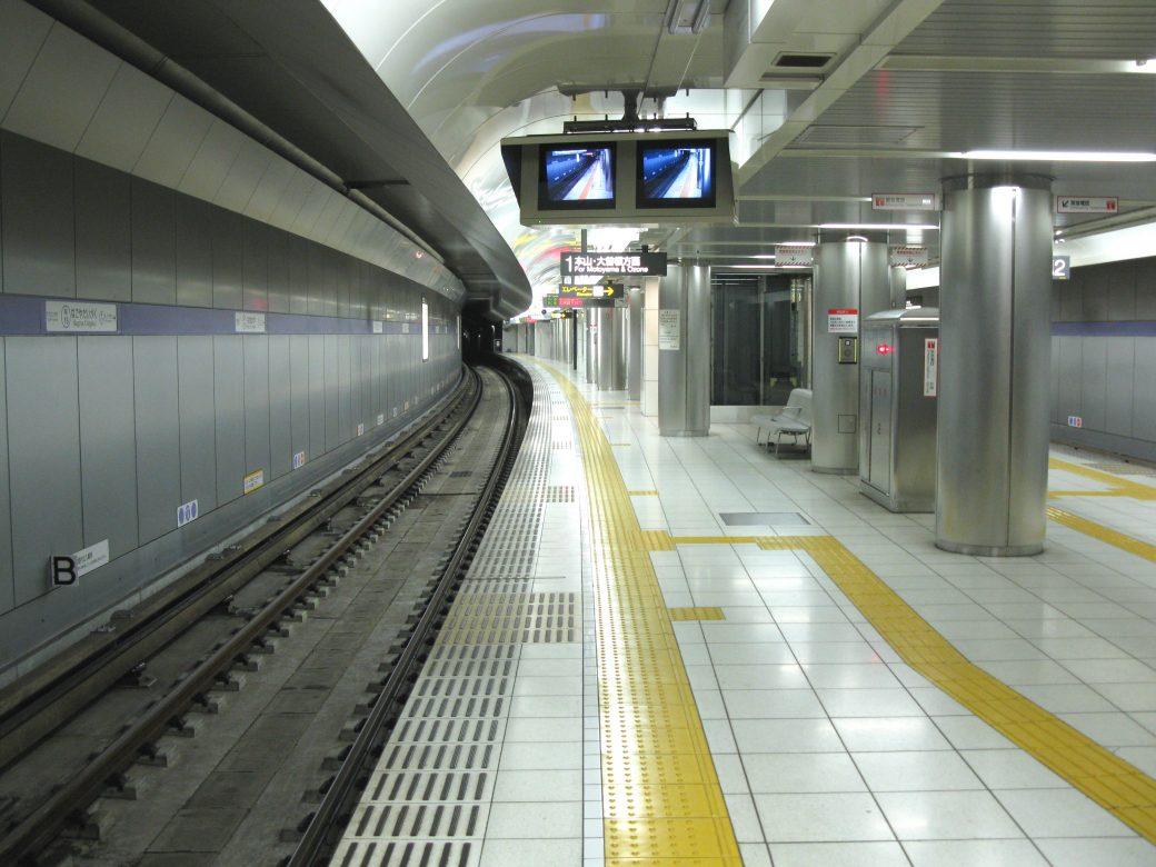 Superficie podotácil con Tenji Burokku en un andén de metro